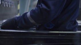 Chapa del doblez del hombre en el taller Herramienta moderna en industria pesada Trabajo peligroso Fabricación de la alta precisi almacen de metraje de vídeo