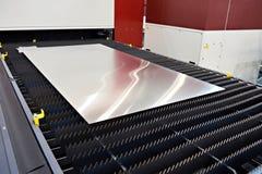 Chapa metálica na máquina de corte do laser Fotografia de Stock Royalty Free