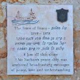 Chapa que honra Abie Nathan, voz da paz Fotografia de Stock