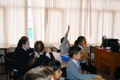 CHAPAEVSK,翼果区域,俄罗斯- 2017年12月07日:在类的学校孩子 免版税库存图片