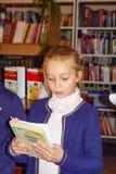 Schoolgirl tells the lesson to the teacher Royalty Free Stock Photos