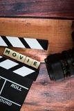 Chapaleta y cámara vieja en un fondo de madera, lanzamiento de la película de la película Imagenes de archivo