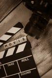 Chapaleta y cámara vieja en un fondo de madera, lanzamiento de la película de la película Fotografía de archivo libre de regalías