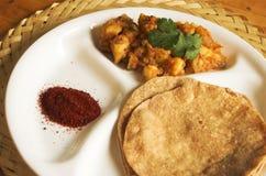 Chapathi y alimento del indio del curry Foto de archivo libre de regalías