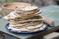 chapati van bloem Gekookt op water Met de toevoeging van kruiden en zout Ongedesemde cakes van deeg Gemaakt door hand Snel pre stock afbeeldingen