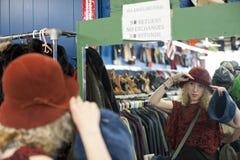 Chapeau 2 de achat de fille Photos libres de droits