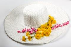 Chapeau avec des fleurs Images stock
