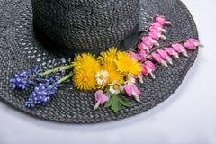 Chapeau avec les fleurs 2 Photographie stock libre de droits