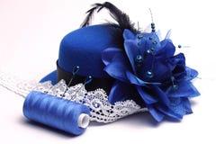 Chapeau bleu et dentelle blanche Image stock