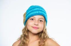 Chapeau bleu tricoté par doux chaud d'usage d'enfant Différence entre le tricotage et le crochet Modèles de tricotage Free Saison images libres de droits