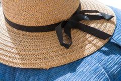 Chapeau d'été de paille sur le fond bleu Image stock