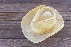 Chapeau d'été de paille sur le fond en bois Images stock