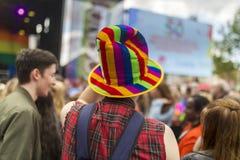 Chapeau d'arc-en-ciel de festival de la fierté le 19 août 2017 LGBT de Doncaster Image stock