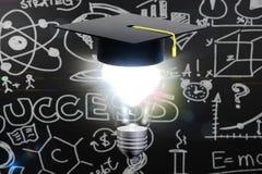 Chapeau d'obtention du diplôme avec l'ampoule de lampe Photo stock