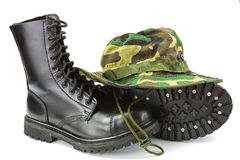 Chapeau de camouflage et bottes militaires Image stock