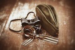 Chapeau de champ de soldat, jumelles militaires, George Ribbon Photographie stock libre de droits