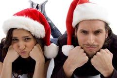 chapeau de couples de Noël semblant les jeunes s'usants Photo libre de droits