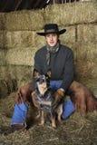 Chapeau de cowboy s'usant attrayant de jeune homme photos stock