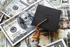 Chapeau de diplômé sur l'argent liquide Images stock