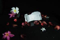 Chapeau de douche sur le fond et la fleur noirs photos stock