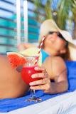 Chapeau de femme tenant le cocktail frais de boissons de smoothie de jus de pastèque Image libre de droits