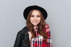 Chapeau de jolie jeune femme et chemise de plaid de port Photo libre de droits