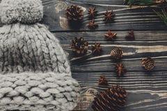 Chapeau de laine confortable chaud avec des cônes d'anis et de pin sur le backgro rustique Image libre de droits