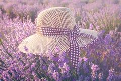 Chapeau de paille au-dessus de lavande Concept romantique d'été Aromatherapy Coucher du soleil au-dessus d'un gisement pourpre de Photos libres de droits