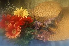 Chapeau de paille avec fleurs Photographie stock libre de droits