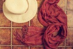 Chapeau de paille, chapeau de Panama et écharpe Images libres de droits