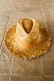 Chapeau de paille d'été au sol Image libre de droits