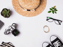 Chapeau de paille, espadrilles, appareil-photo de vintage et tout autre équipement sur le Ba blanc Images libres de droits