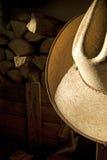 Chapeau de paille et Woodbox de cowboy photographie stock libre de droits