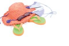Chapeau de paille, lunettes de soleil, santals, vêtements de bain Photographie stock