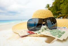 Chapeau de paille, nuances et argent - tous que vous avez besoin Photo stock
