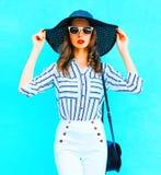Chapeau de paille de port de jolie femme, pantalon blanc Photo libre de droits
