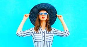 Chapeau de paille de port de jolie femme posant dans la ville Photos libres de droits