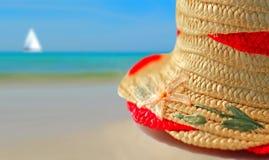 Chapeau de paille sur la plage photo libre de droits