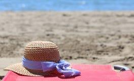 Chapeau de paille sur la plage photo stock