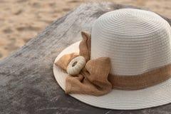 Chapeau de paille sur le vieux bois Photo libre de droits