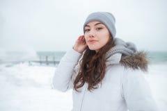 Chapeau de port étonnant de jeune dame marchant au jour d'hiver froid Image libre de droits