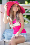 Chapeau de port d'été de belle jeune fille sexy Photo stock