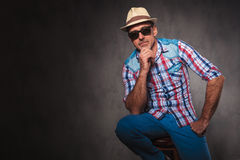 Chapeau de port et lunettes de soleil d'homme occasionnel supérieur réfléchi sérieux Photographie stock