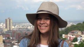 Chapeau de port de l'adolescence femelle de sourire Photos stock