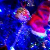 Chapeau de Posterised Santa sur l'arbre de Noël et la lumière bleue illustration stock