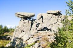 Chapeau de roche Taganay fleuve Russie les monts Oural méridionaux blancs Images stock