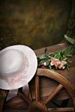 Chapeau de rose de chariot de jardin images stock