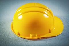 Chapeau de sécurité sur le concept concret de construction de fond Photos stock