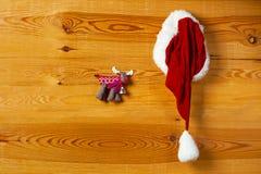 Chapeau de Santa accrochant sur le mur Image stock