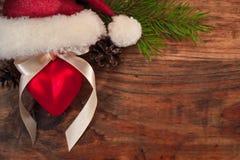 Chapeau de Santa avec la boule de Noël Photographie stock libre de droits